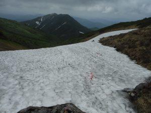湯殿山神社までの簡の残雪ここ一か所。融けるのも時間の問題です。