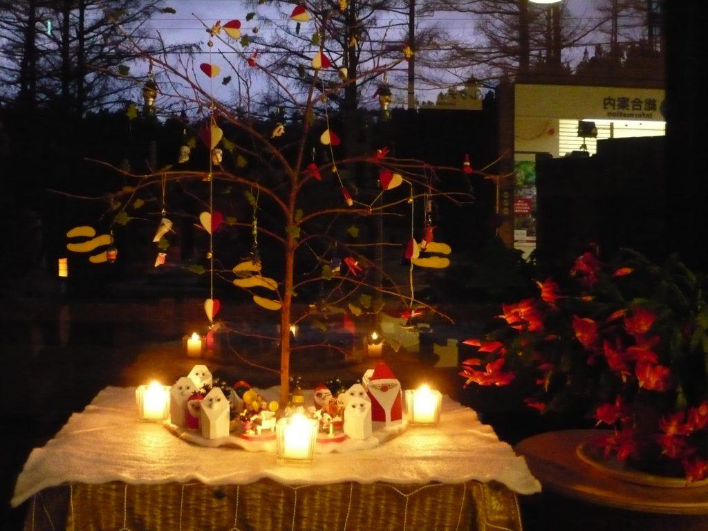 プチクリスマスコーナー。白サンタの絵付け待ち