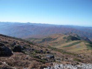 山頂より姥ヶ岳を望む。